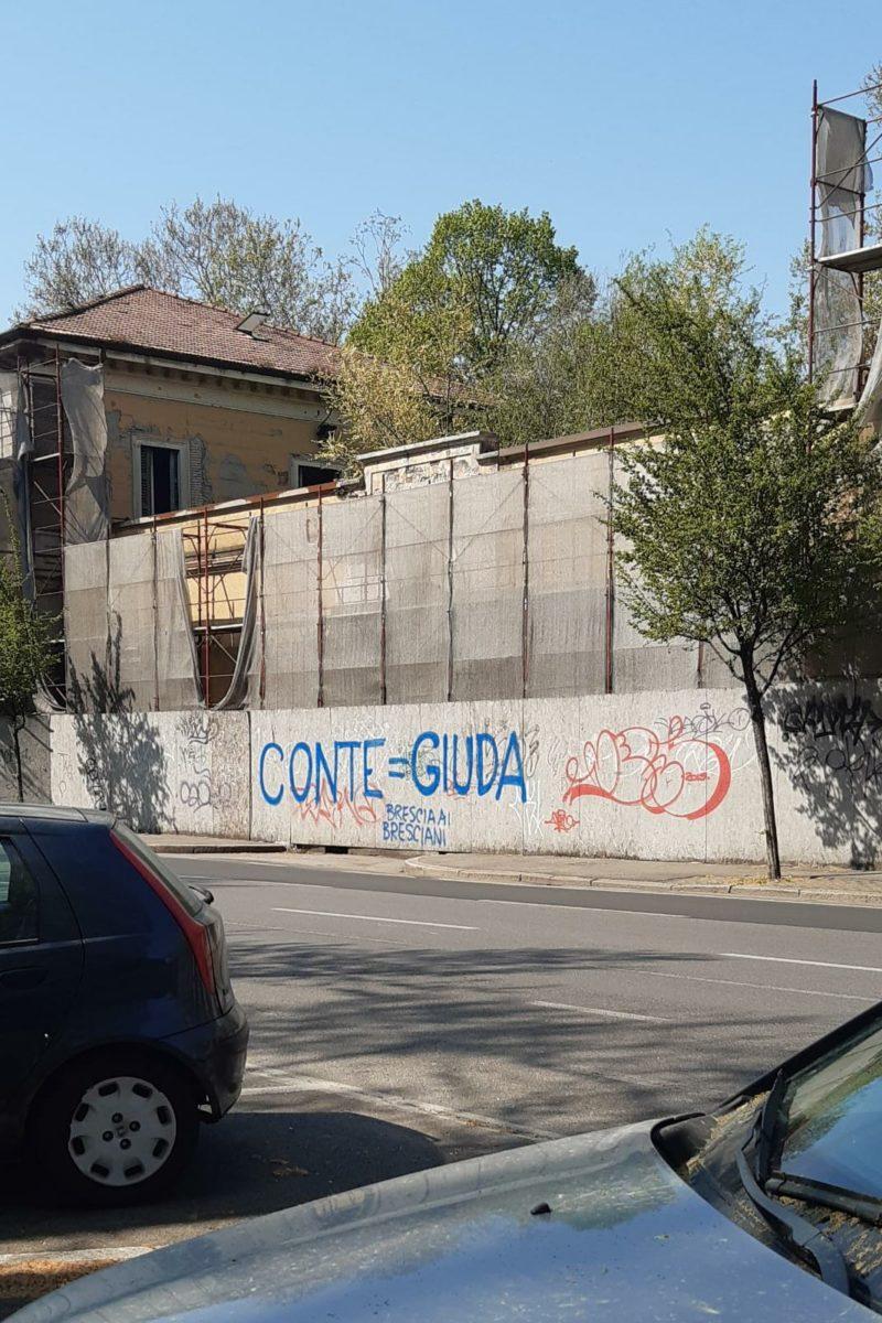 """Brescia, appare la scritta """"CONTE = GIUDA"""""""